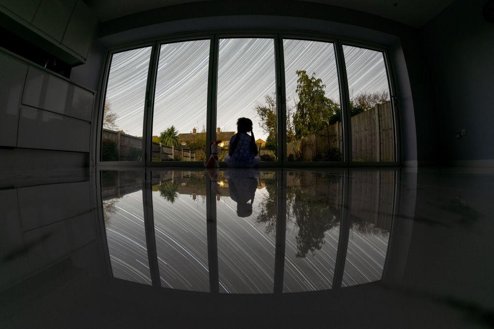 Работа Локдаун британского фотографа Дипала Ратнаяки победила в категории Люди и космос