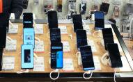 Смартфоны на витрине магазина. Архивное фото