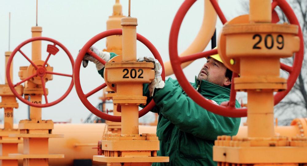 Инженер проверяет давление в трубопроводе. Архивное фото
