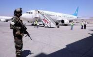 Член сил Талибана стоит у самолета в международном аэропорту Хамида Карзая в Кабуле, Афганистан. Архивное фото