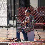 Өзбекстандан келген конок өнөрүн тартуулап жатат