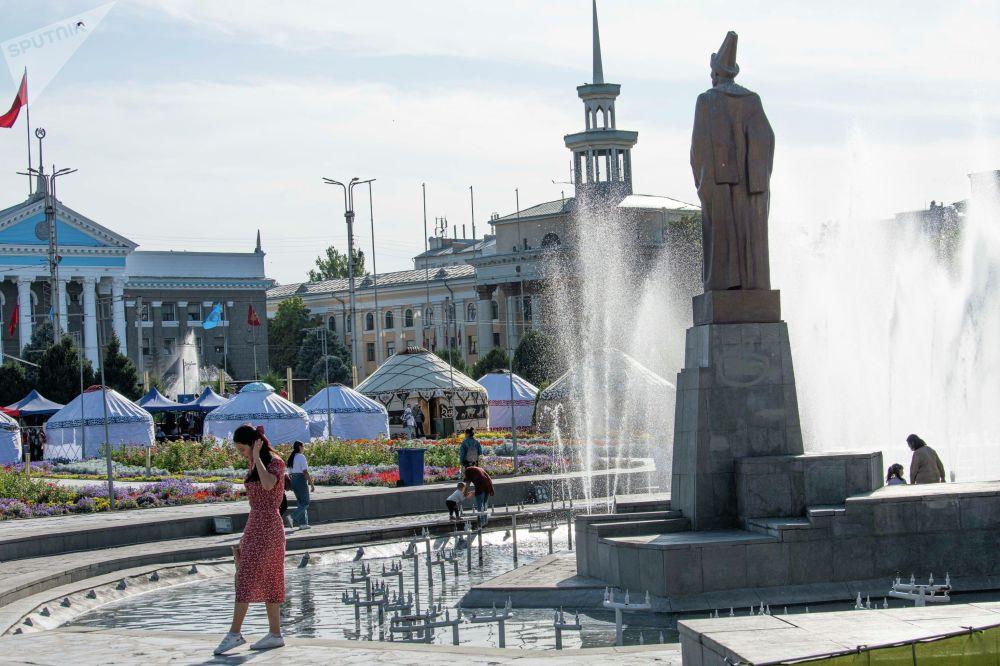 Улуттук филармониянын алдына Кыргыз көчү этнографиялык аймагы түзүлүп, бир нече боз үй тигилген