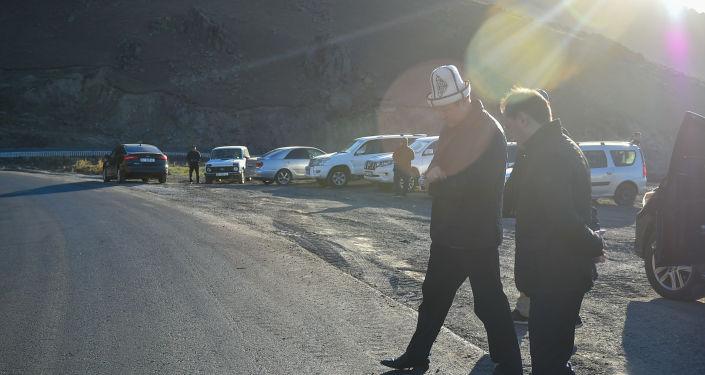 Председатель Кабинета Министров Кыргызской Республики Улукбек Марипов проинспектировал ход ремонтных работ на участке автодороги Бишкек-Ош (южная сторона перевала Тоо-Ашуу).