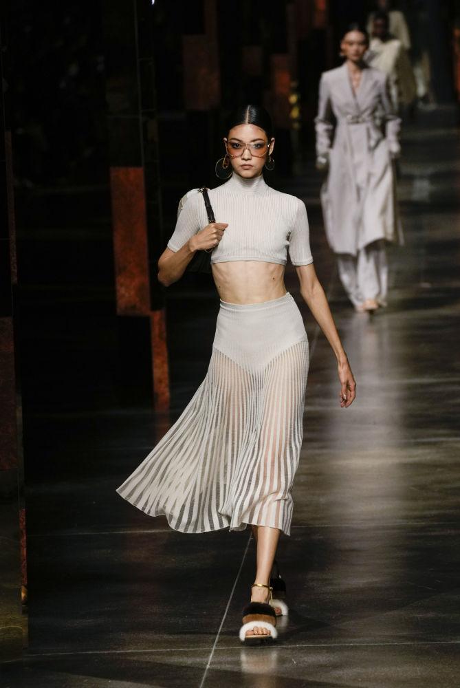 Көпөлөктөй учкан модель. Италиялык Fendi мода үйүнүн жазгы-жайкы коллекциясы