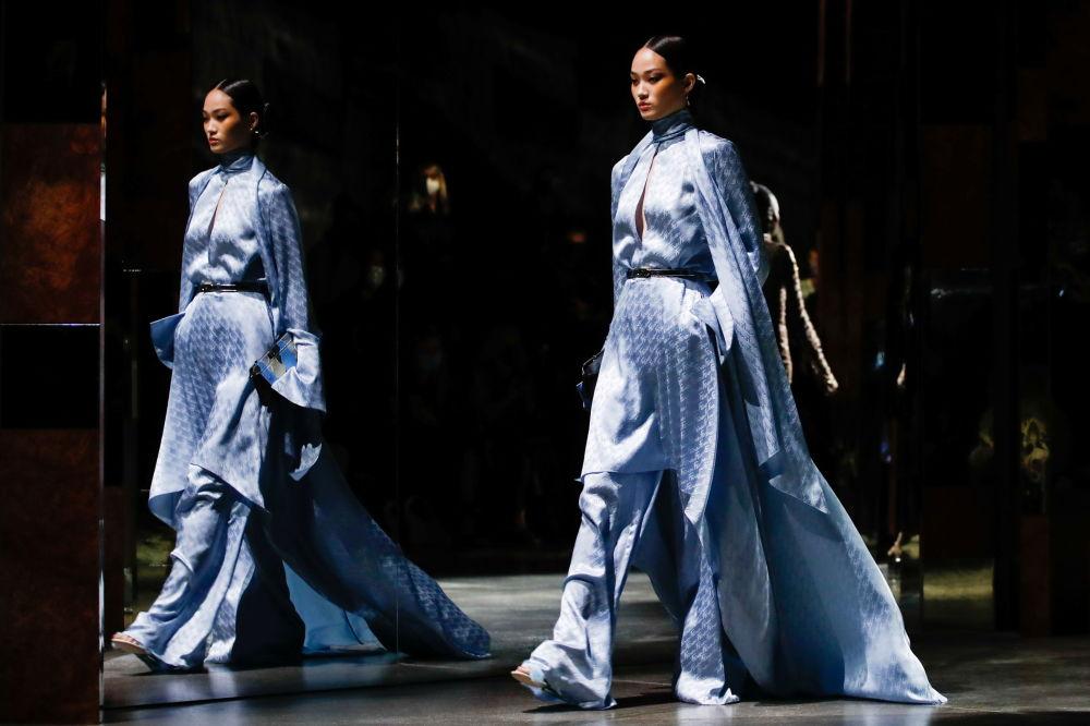 Этникалык мотивде кийинип чыккан сулуу. Милан мода жумалыгындагы дагы бир костюм.