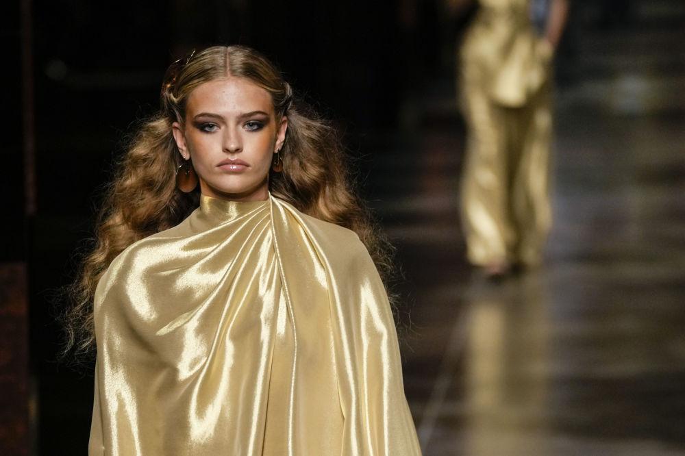 Алтын түстү жакшы көргөндөргө жагымдуу жаңылык. Fendi стилдүү, төгүлүп турган кийимди сунуштады.