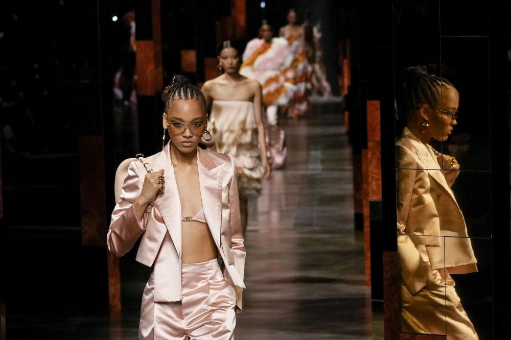 Британиялык модельер Ким Жонс аялдар көп жерге кийип барганга жараган ыңгайлуу, көп кырдуу костюмдарга муктаж деп эсептейт. Ал коллекцияларында да ушул принципти карманат.