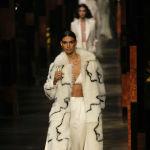 Fendi алып чыккан бул сапаркы коллекцияларына 80-жылдардагы моданы эске салган жасалма мехтен тигилген шубалар көп кирген
