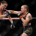 Валентина Шевченко наносит удар Лорен Мерфи во время поединка за титул чемпиона мира по смешанным единоборствам среди женщин в наилегчайшем весе на турнире UFC 266 в Лас-Вегасе. 25 сентября 2021 года