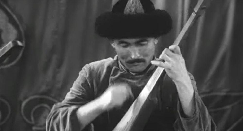 Комузчу, ырчы, орду толгус талант Атай Огомбаев. Архив