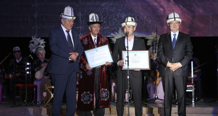Награждение победителей Международного фестиваля эпосов народов мира в Национальной филармонии имени Т. Сатылганов в Бишкеке