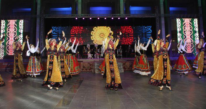 Выступление артистов на концерте в Национальной филармонии имени Т. Сатылганов, в рамках Международного фестиваля эпосов народов мира в Бишкеке