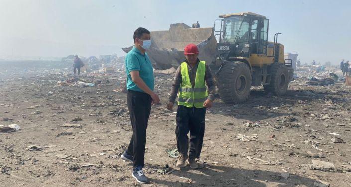 Мэр Бишкека Айбек Джунушалиев во время осмотра Бишкекского санитарного полигона