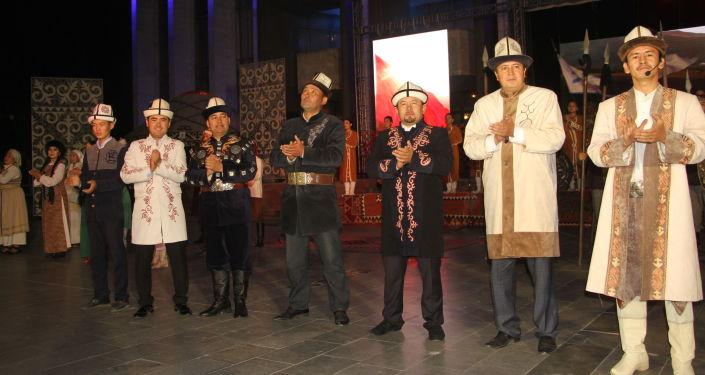 Манасчи выступают на Международном фестивале эпосов народов мира в Бишкеке