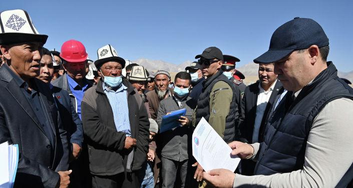 Президент Кырызстана Садыр Жапаров во время встречи с жителями Чон-Алайского района Ошской области