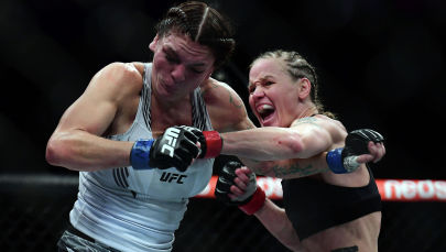Валентина Шевченко наносит удар Лорен Мерфи во время на турнире UFC 266 в Лас-Вегасе