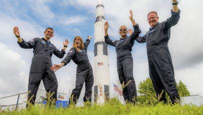 Команда Inspiration4 состоящая из Криса Семброски, Сиан Проктор, Джареда Исаакмана и Хейли Арсено на фоне корабля SpaceX