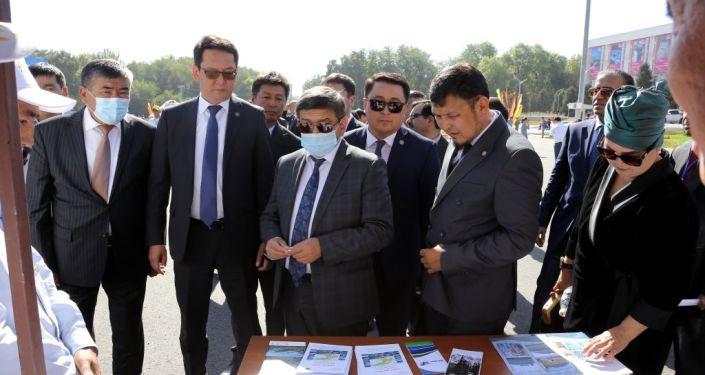 Мэр Оша Алмаз Мамбетов и министр экономики и финансов КР Акылбек Жапаров на туристической выставка-ярмарке в городе Ош