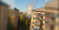 В Петропавловске из-за повреждения теплотрассы бил фонтан кипятка высотой с пятиэтажный дом. Для ликвидации аварии пришлось отключать от воды несколько многоэтажных домов.