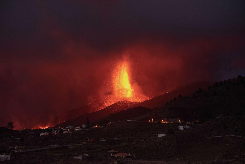 Вулкан Кумбре Вьеха в Эль-Пасо извергает лаву в Лос-Льянос-де-Аридане на канарском острове Ла-Пальма. 23 сентября 2021 года