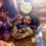 Актриса Юлия Пересильд во время тренировки на космодроме Байконур перед экспедицией к МКС.