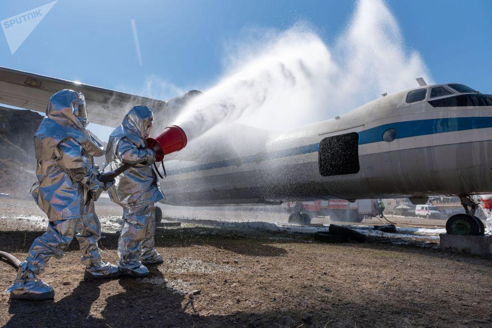 Сотрудники МЧС на соревнованиях по спасательному многоборью Казспас-2021 на учебно-тренировочном полигоне Скальный город-Астана в Алматинской области.