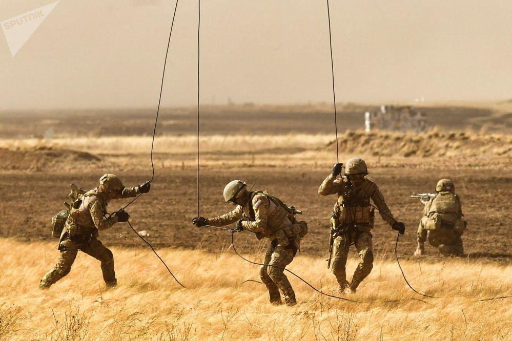 Военнослужащие десантируются на антитеррористических учениях стран — членов Шанхайской организации сотрудничества Мирная миссия — 2021 в Оренбургской области (Россия)