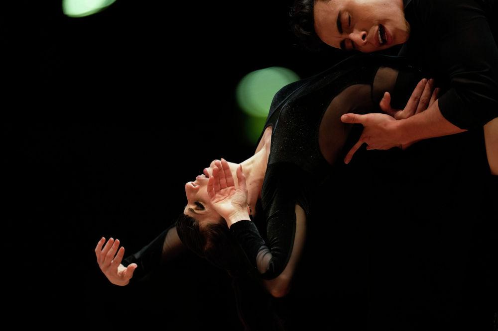 Джонни Каравахал и Люсила Култас танцуют во время соревнований в финальном раунде чемпионата мира по танго в Буэнос-Айресе. Аргентина, 25 сентября 2021 года