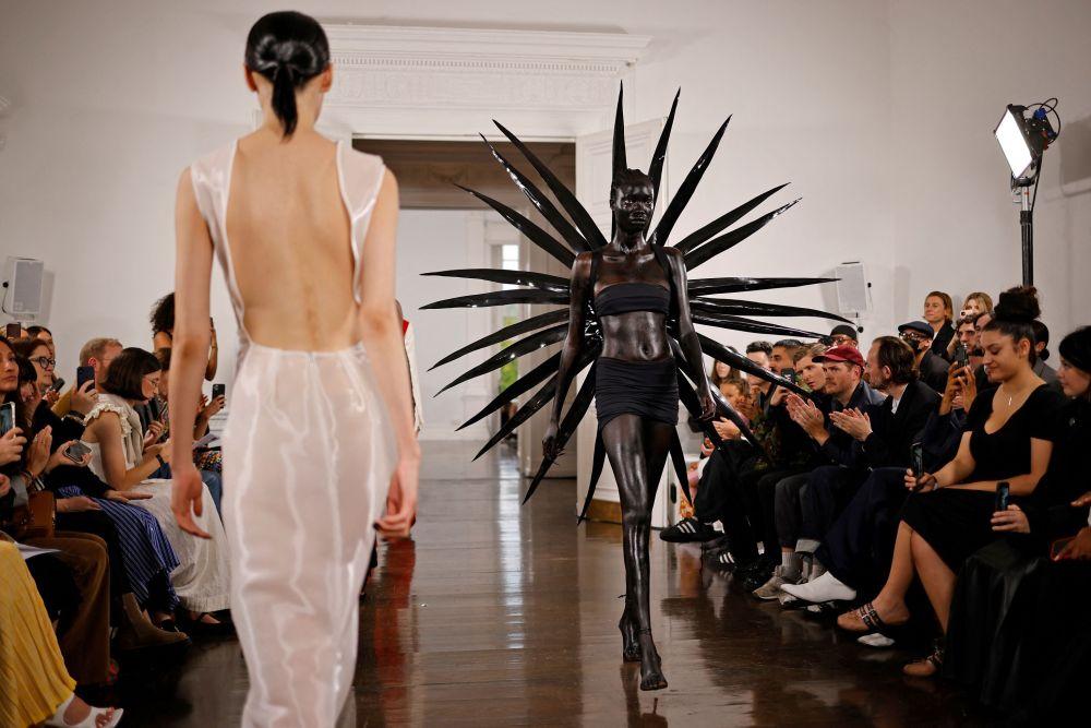 Модели представляют свои творения на подиуме Fashion East во время показа коллекции Весна / Лето 2022 в Лондонской недели моды. 20 сентября 2021 года