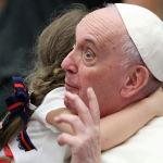 Ребенок обнимает Папу Франциска во время еженедельной общей аудиенции в Зале для приемов Павла VI в Ватикане. 22 сентября 2021 года