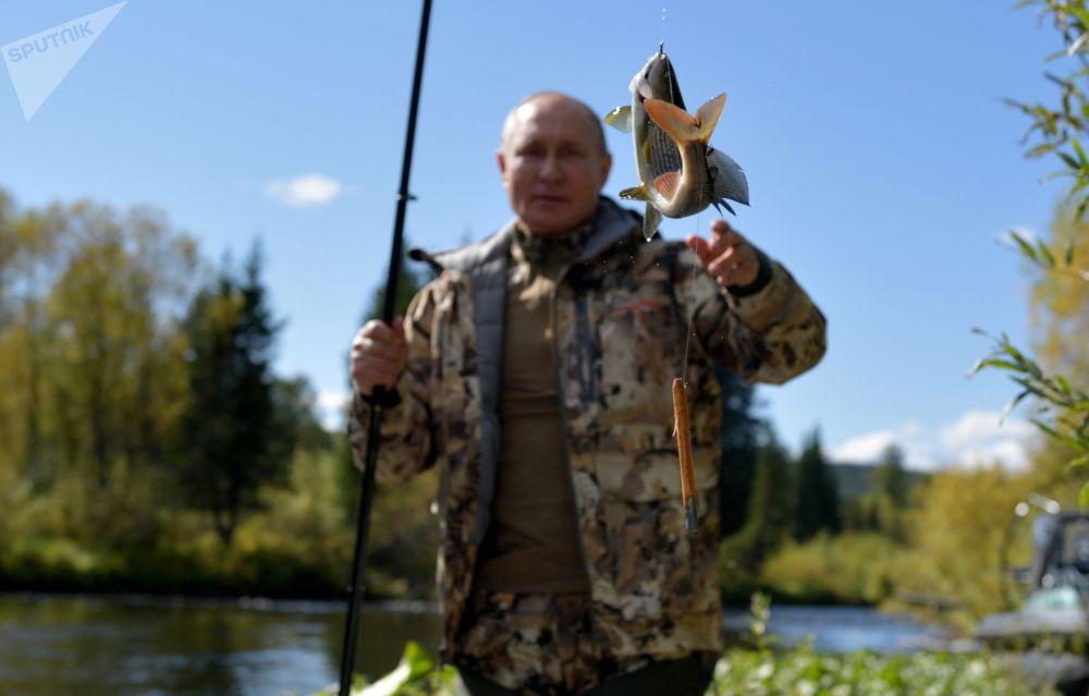 Сентябрь 2021. Президент РФ Владимир Путин во время рыбалки в тайге. В начале сентября, по окончании рабочей поездки в Приморье и Амурскую область, Владимир Путин на несколько дней сделал остановку в Сибири, где провёл краткий отпуск.