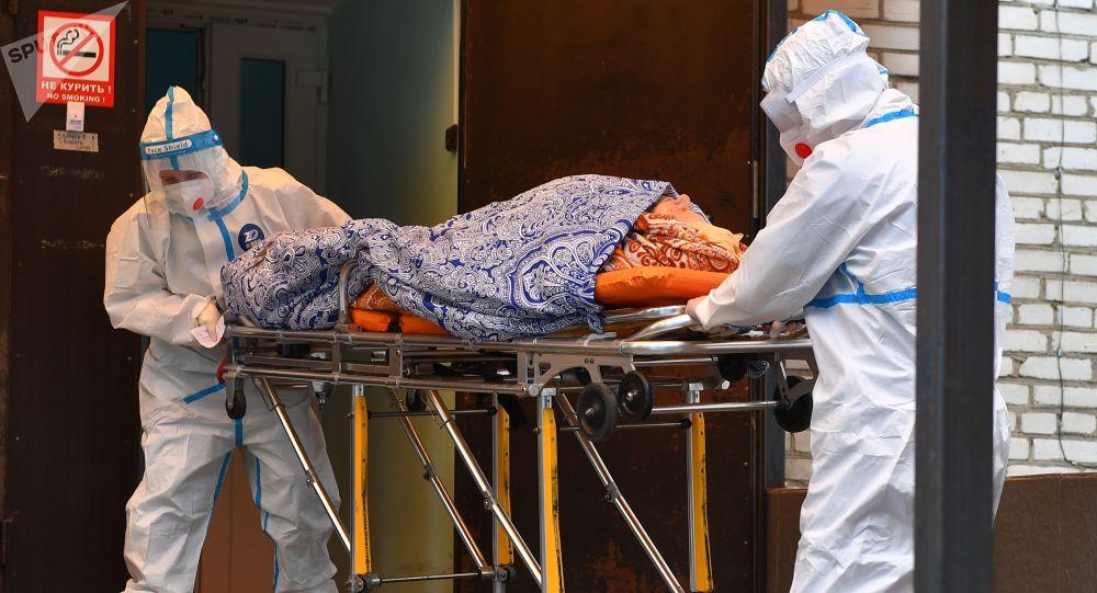 Медики транспортируют пациентку на каталке. Архивное фото