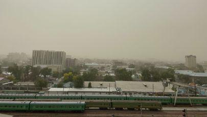 Бишкекте бүгүн катуу шамал болуп, кум менен чаң асманга сапырылды