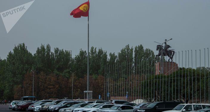 Парковка на площади Ала-Тоо во время сильного ветра, который поднял в воздух пыль и песок в Бишкеке. 27 сентября 2021 года