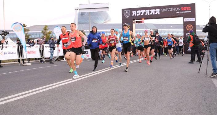 Участники марафона Astana Marathon 2021 в Нур-Султане. 26 сентября 2021 года