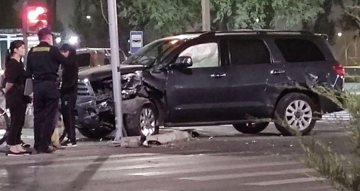 Столкновение внедорожника Toyota и легковое авто Mazda, на пересечении южной магистрали с улицей Токтоналиева в Бишкеке. 27  сентября 2021 года