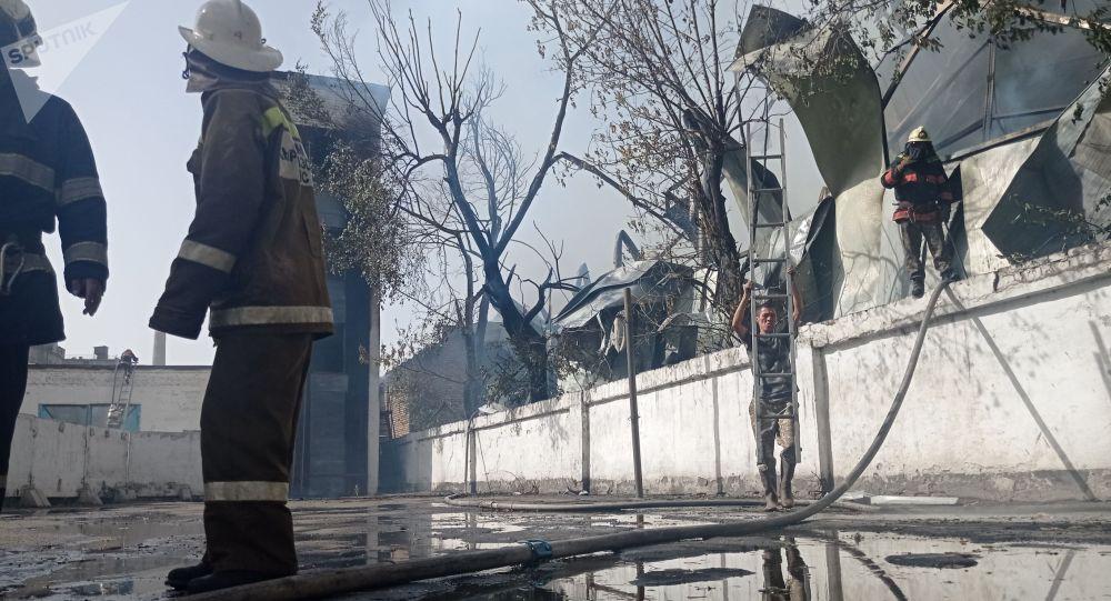 Бишкектеги кампадан чыккан ири өрттү өчүрүү