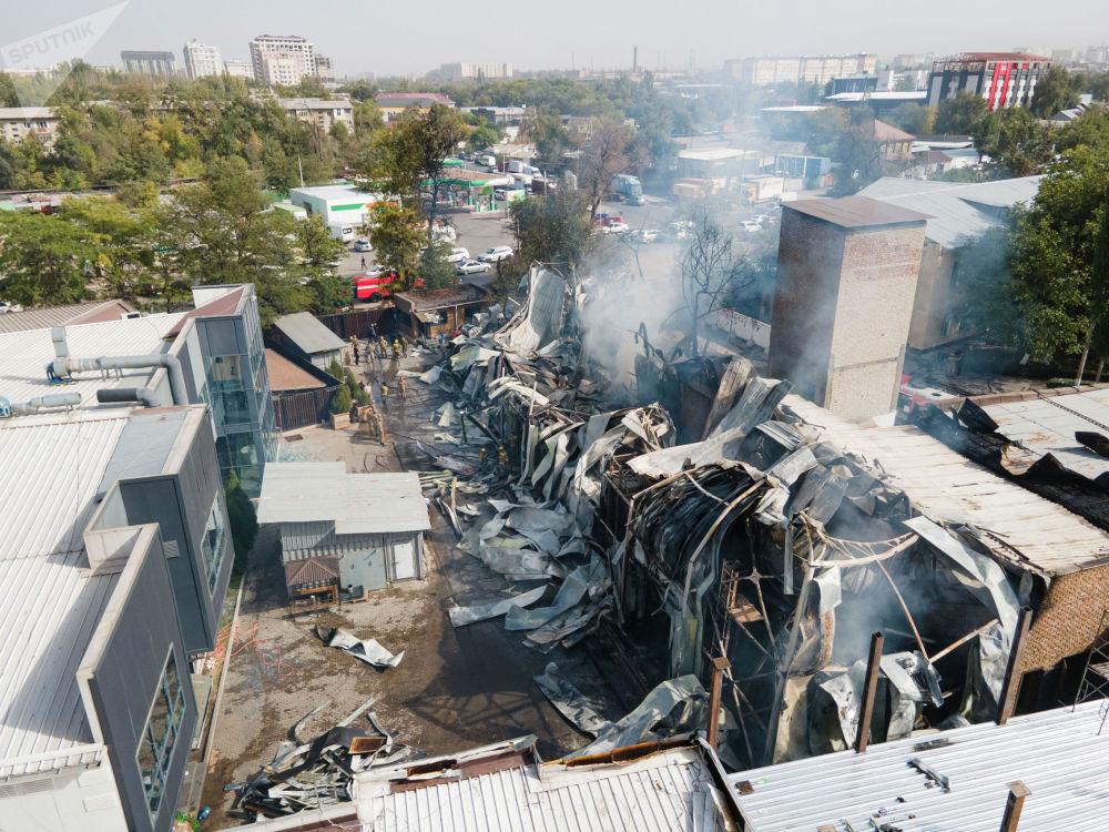 Вид с дрона на пожар  рядом с кафе Империя пиццы на улице Кулиева в Бишкеке