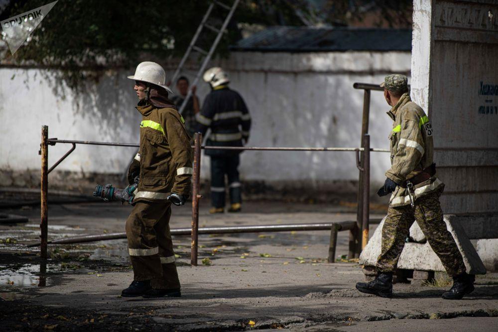 Сотрудники МЧС на месте пожара рядом с кафе Империя пиццы на улице Кулиева в Бишкеке