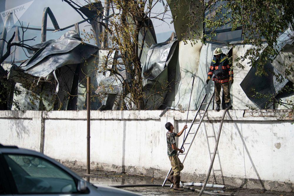 Сотрудники МЧС во время тушения пожара рядом с кафе Империя пиццы на улице Кулиева в Бишкеке