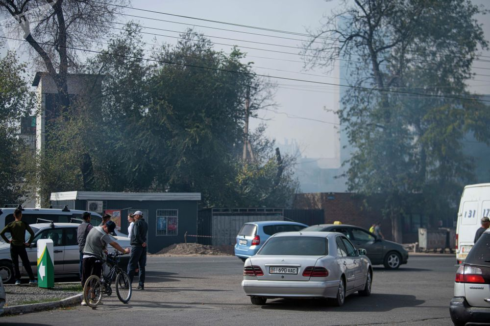 Люди на месте пожара рядом с кафе Империя пиццы на улице Кулиева в Бишкеке
