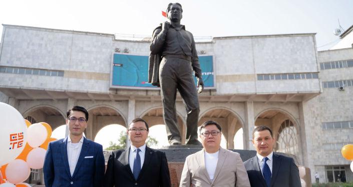 Торжественное открытие проекта по установке QR-кодов возле памятника Чингиза Айтматова на улице Киевской в Бишкеке.. 28 сентября 2021 года
