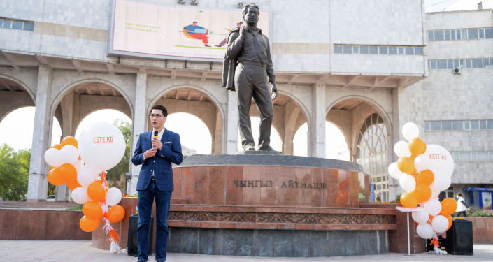 Общественный деятель и сын Чингиза Айтматова Эльдар Айтматов на торжественном открытии проекта по установке QR-кодов возле памятника отца на улице Киевской в Бишкеке.. 28 сентября 2021 года