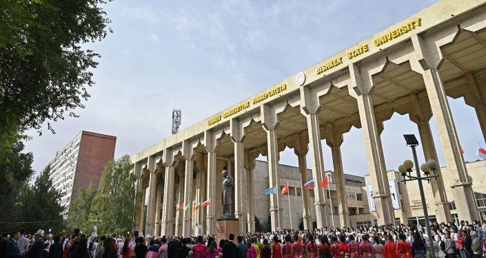 На территории Бишкекского государственного университета (БГУ) открыли памятник выдающемуся ученому, академику Кусеину Карасаеву