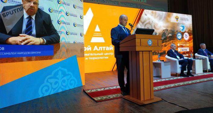 Спикеры II Международного алтаистического форума в Барнауле во время выступления. 30 сентября 2021 года