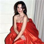 Беллуччинин жаш кези. 1993-жылы Парижде өткөн мода көрсөтмөсүндө