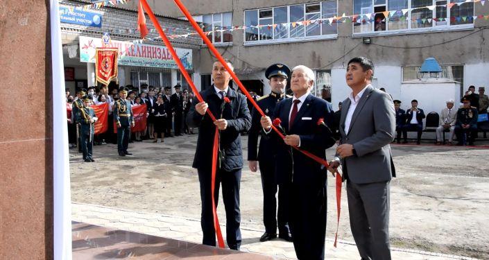 Памятник летчику-штурмовику, Герою Советского Союза Исмаилбеку Таранчиеву открыли в пригороде Бишкека