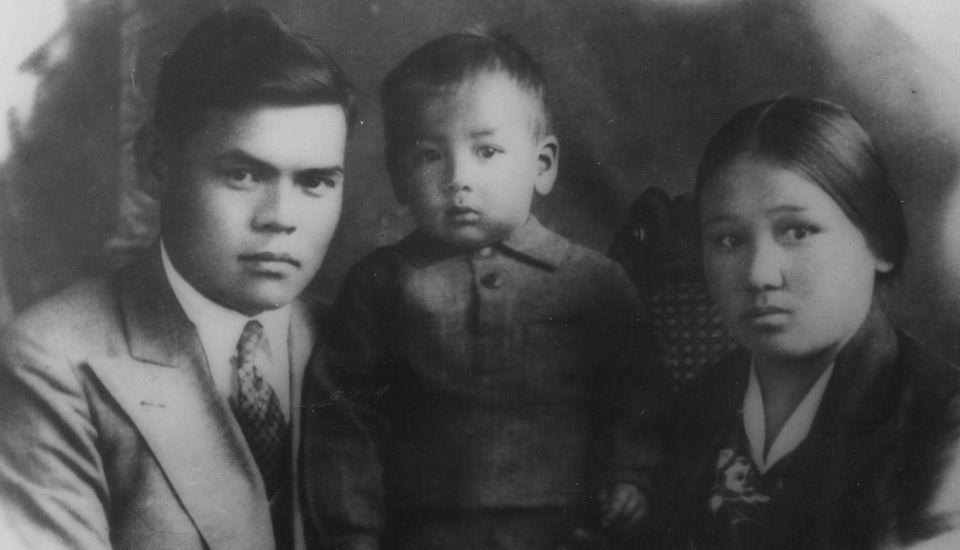 Иса Коноевич жубайы Бибихан Исмаилова жана улуу баласы Мустафа менен, 1937-жыл