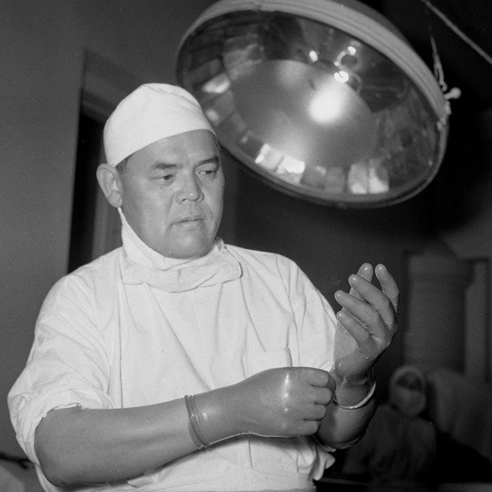 Белгилүү хирург Орто Азия чөлкөмүндө биринчилерден болуп жүрөккө операция жасаган