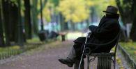 Пожилой мужчина сидит на лавочке. Архивное фото